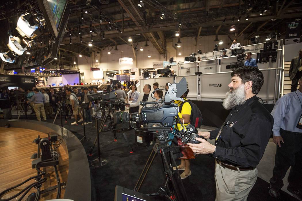 El ingeniero de audio e iluminación Dan Stark de Kansas City revisa una cámara en el stand de Canon durante el segundo día de la NAB Show en el Las Vegas Convention Center el martes 10 de abril ...
