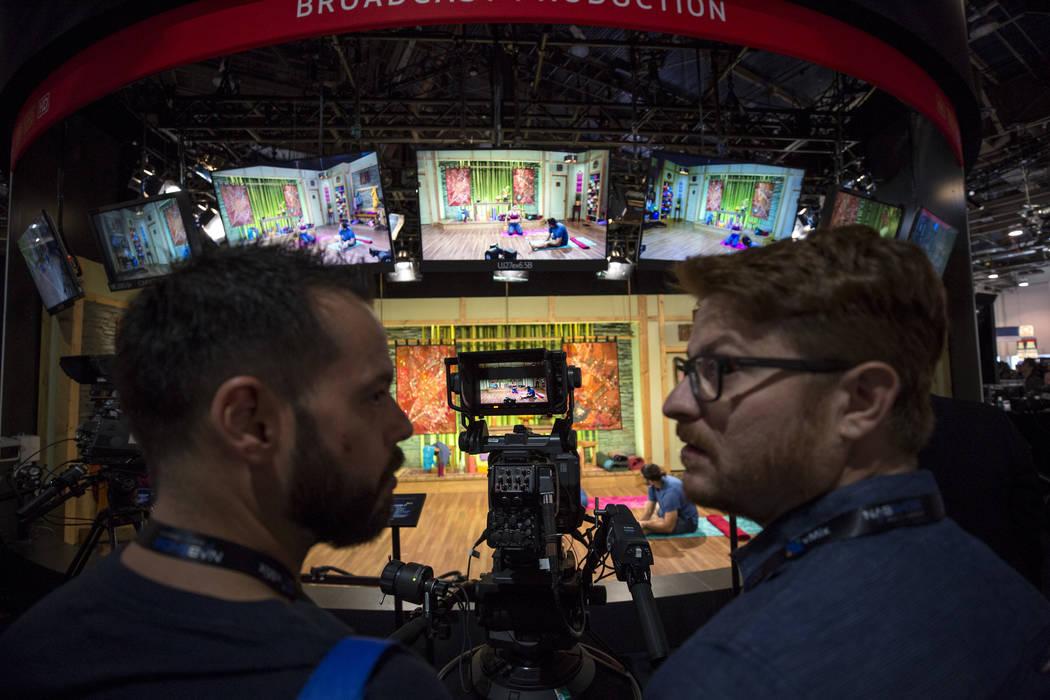 Los asistentes al espectáculo verán la lente 4K UHD Studio Box de Canon en exhibición durante el segundo día de la NAB Show en el Las Vegas Convention Center el martes 10 de abril de 2018. Ric ...