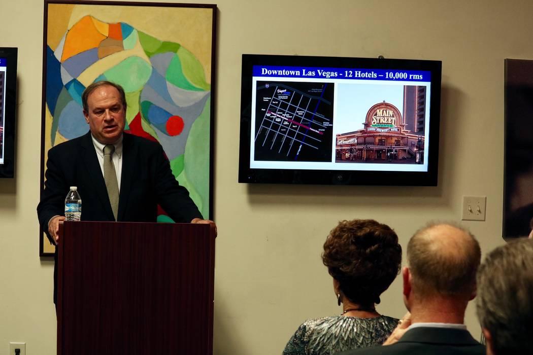 El Tesorero del Estado de Nevada Dan Schwartz habla con los inquilinos de Neonopolis en el Museo de Arte Metropolitano de Las Vegas en Las Vegas el martes 10 de abril de 2018. (Madelyn Reese / Las ...
