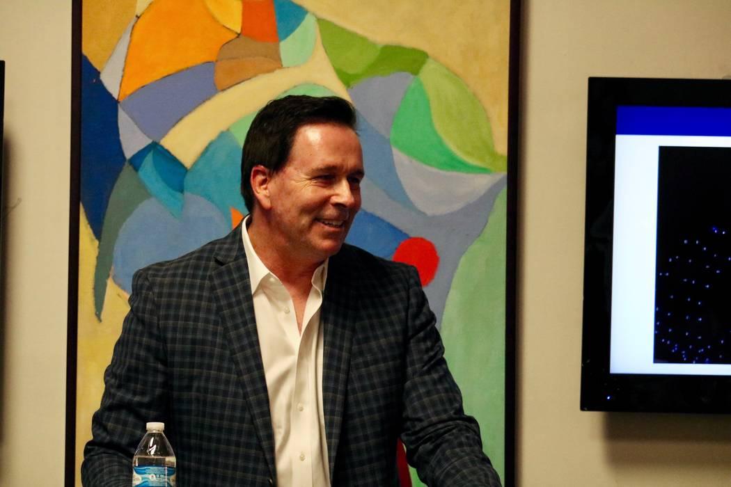 Ken Henderson, CEO de Best Agency, habla con los inquilinos de Neonopolis en el Metropolitan Gallery Las Vegas Art Museum en Las Vegas el martes 10 de abril de 2018. (Madelyn Reese / Las Vegas Rev ...