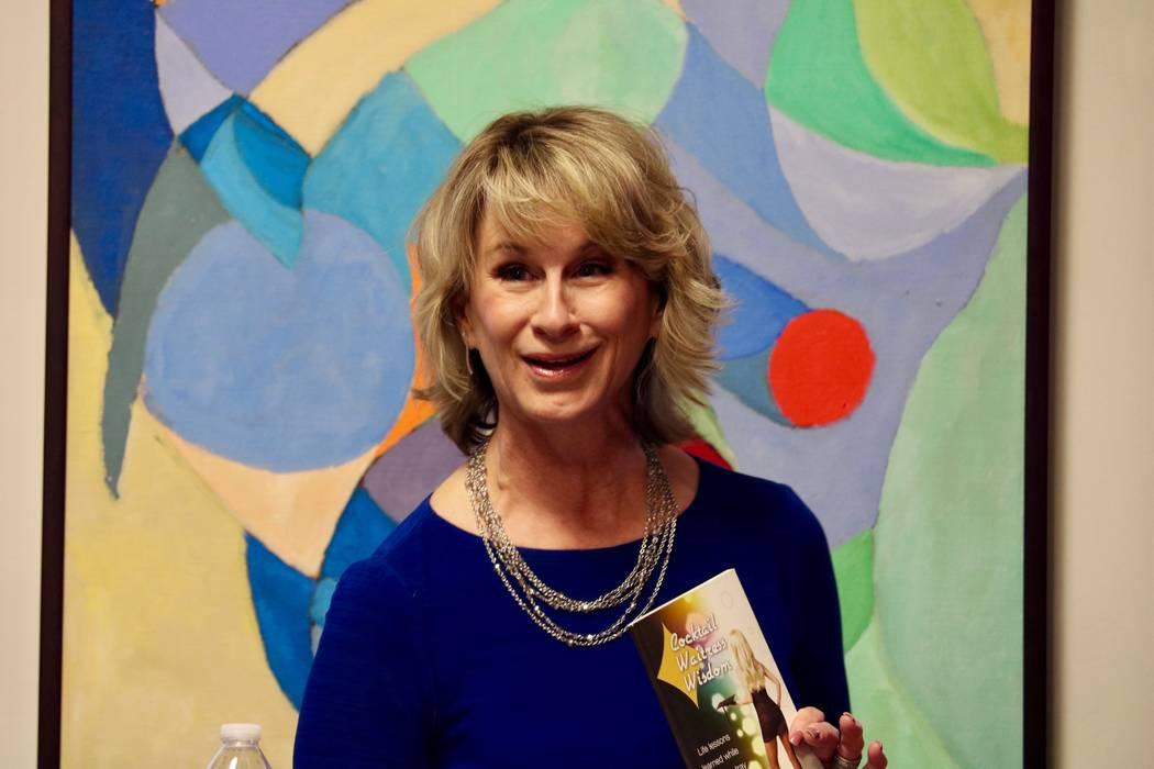 La conductora de programas de radio Heidi Harris habla a los inquilinos de Neonopolis en el Metropolitan Gallery Las Vegas Art Museum en Las Vegas el martes 10 de abril de 2018. (Madelyn Reese / L ...