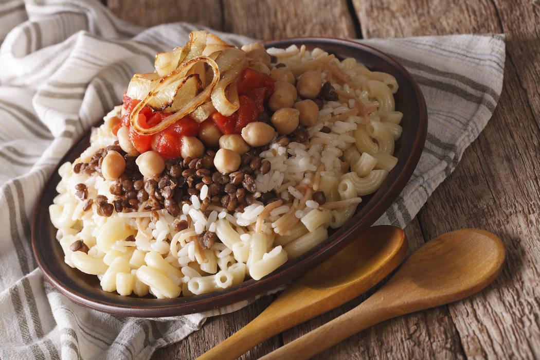 Pots es un restaurante egipcio y vegetariano con una variedad de ofertas, que incluye comida callejera egipcia, incluyendo koshari.
