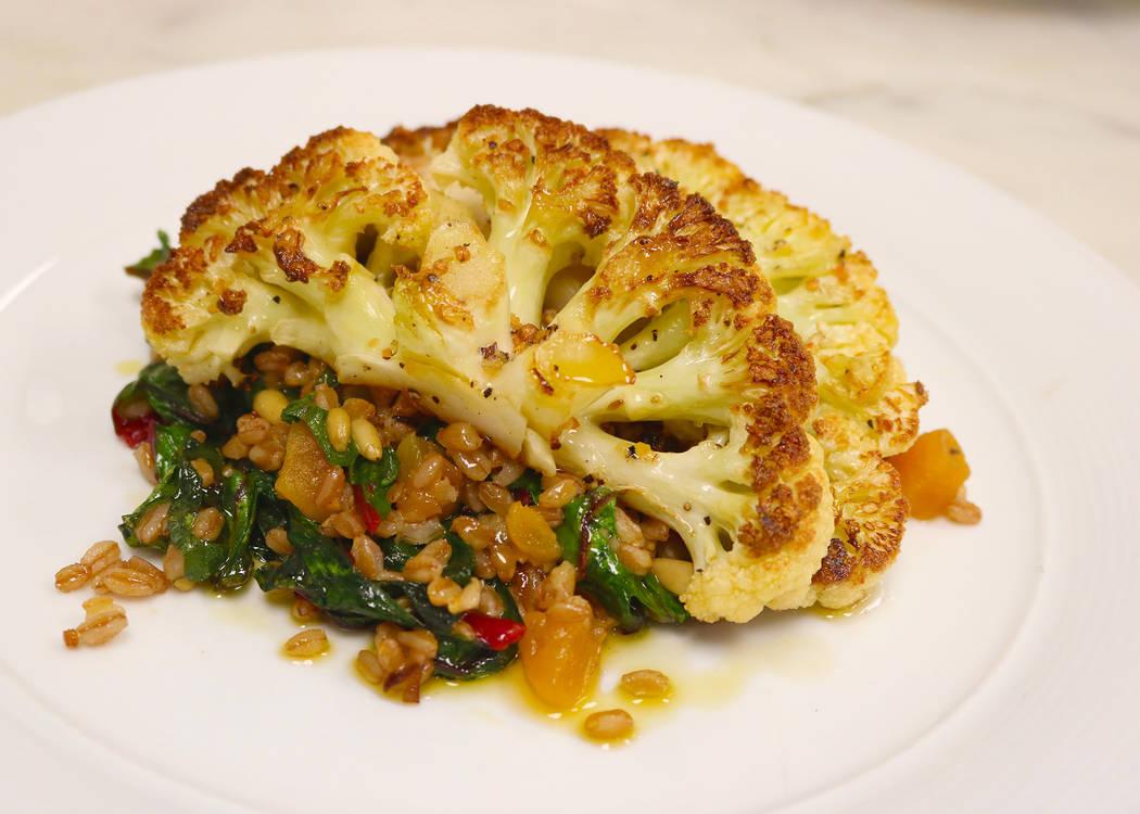 El filete de coliflor a la plancha es nuevo en el menú de Twin Creeks Steakhouse en el Silverton. (Silverton)