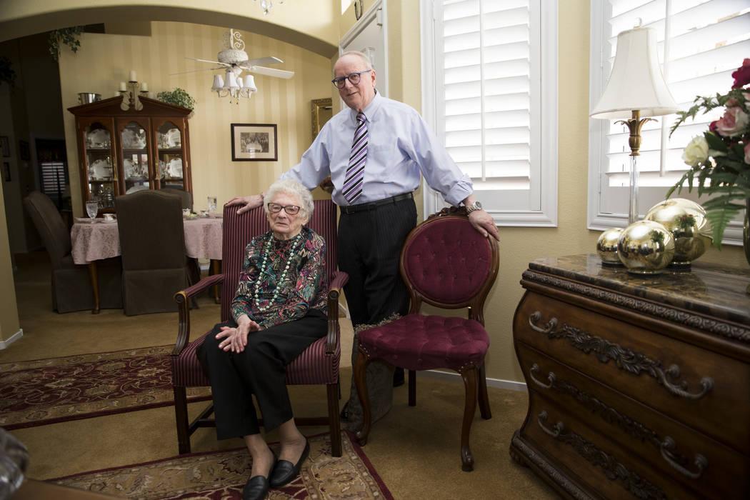 Maryann Lawrence y su hijo Ron en su casa de Las Vegas, martes, 10 de abril de 2018. Maryann y sus familiares ayudaron a su prima Mary Szymerski a inmigrar a los Estados Unidos después de pasar v ...