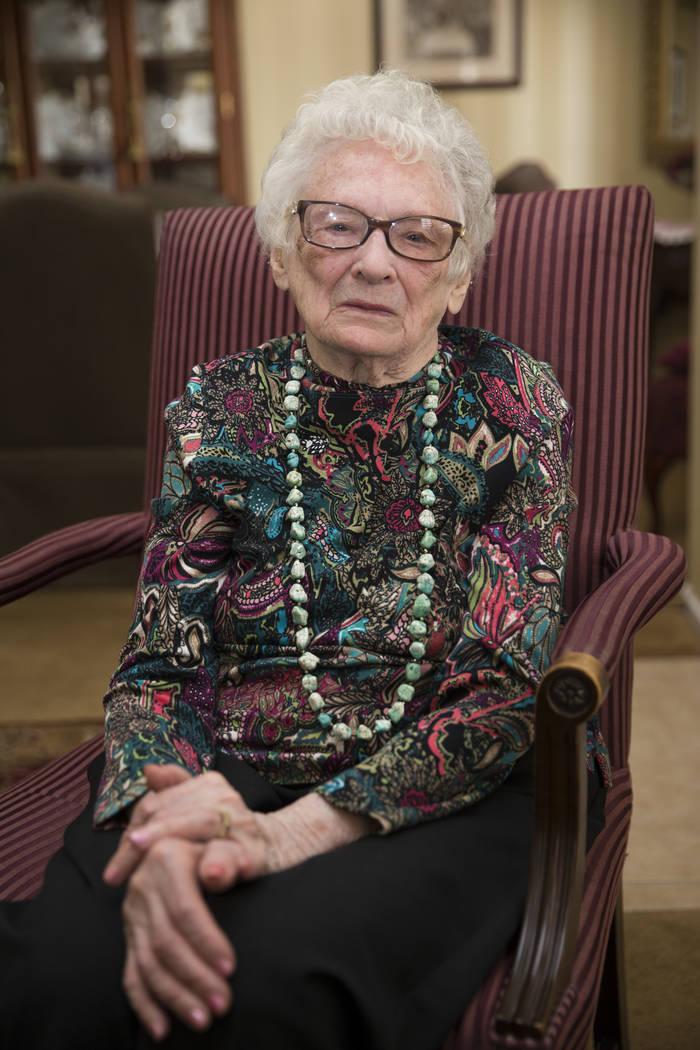 Maryann Lawrence en su casa de Las Vegas, martes, 10 de abril de 2018. Maryann y sus familiares ayudaron a su prima Mary Szymerski a inmigrar a los Estados Unidos después de pasar varios años co ...