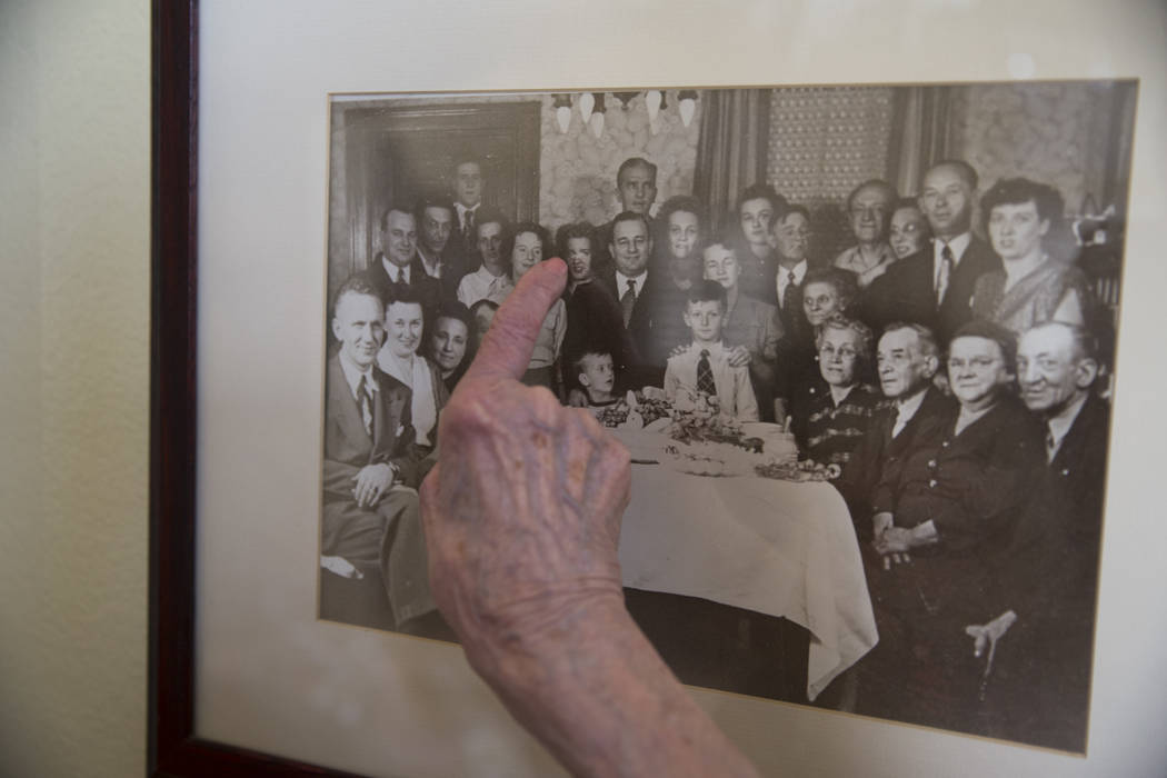 Maryann Lawrence se apunta a sí misma en una foto familiar en su casa de Las Vegas, el martes 10 de abril de 2018. Maryann y sus familiares ayudaron a su prima Mary Szymerski a inmigrar a los Est ...