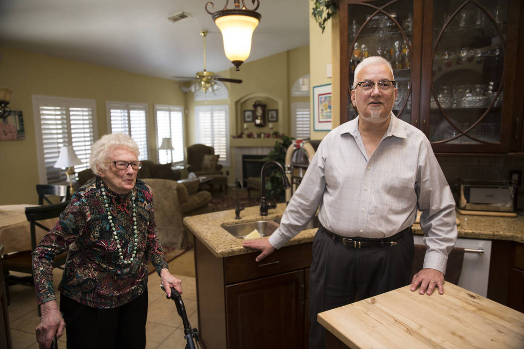 Maryann Lawrence y su hijo Ken en su casa de Las Vegas, martes, 10 de abril de 2018. Maryann y sus familiares ayudaron a su prima Mary Szymerski a inmigrar a los Estados Unidos después de pasar v ...