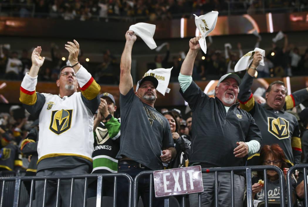 Los aficionados disfrutaron de un atractivo juego de hockey. Miércoles 11 de abril de 2018 en T-Mobile Arena de Las Vegas. Foto Chase Stevens / Las Vegas Review Journal.