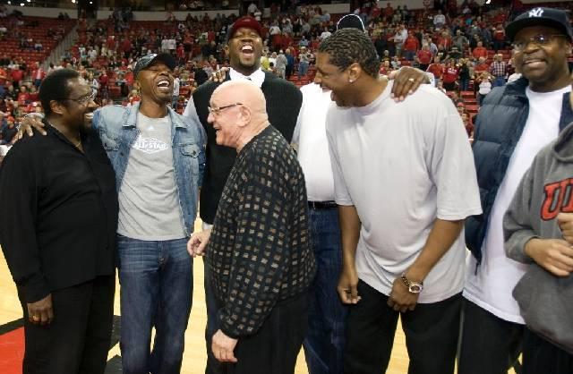 Miembros de la UNLV Runnin Rebels El equipo campeón nacional de 1990, desde la izquierda, el asistente del entrenador Cleveland Edwards, Greg Anthony, el entrenador en jefe Jerry Tarkanian, David ...