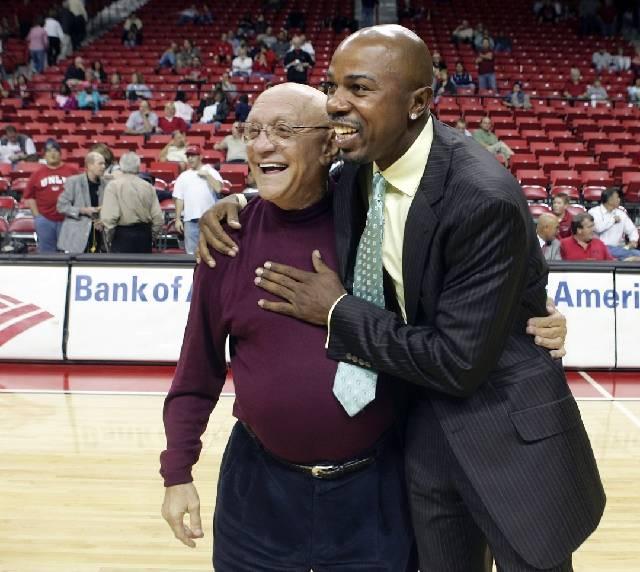 Greg Anthony, a la derecha, es visto con el ex entrenador de la UNLV Jerry Tarkanian después de un juego de ex alumnos de la UNLV el martes 7 de noviembre de 2006 en el Thomas and Mack Center (Re ...