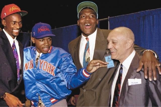Larry Johnson, segundo desde la derecha, celebra con sus compañeros de equipo de la UNLV Stacey Augmon y Greg Anthony y el entrenador Jerry Tarkanian después de que los tres jugadores fueron sel ...