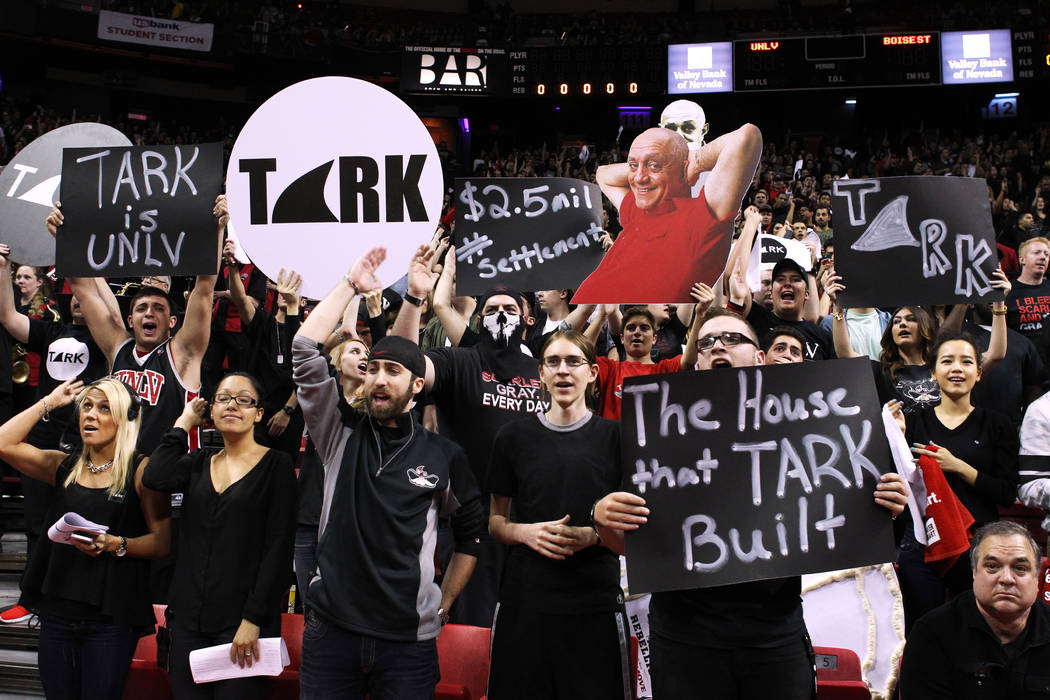 Los estudiantes de UNLV sostienen carteles en honor del ex entrenador en jefe Jerry Tarkanian antes de su partido contra Boise State el miércoles 18 de febrero de 2015, en el Thomas & Mack Center ...