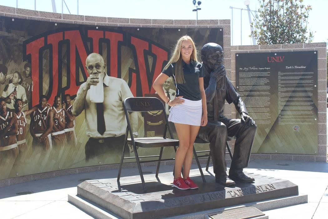 Veronica Joels posa con la estatua de Jerry Tarkanian en la UNLV luego de comprometerse oralmente a jugar golf para el equipo de mujeres de la UNLV. (Cortesía de la familia Joels)