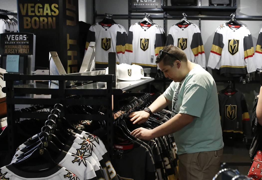 Sergio Ramírez compra en la tienda oficial del equipo Vegas Golden Knights en City National Arena el lunes 9 de abril de 2018 en Las Vegas. Bizuayehu Tesfaye / Las Vegas Review-Journal @bizutesfaye