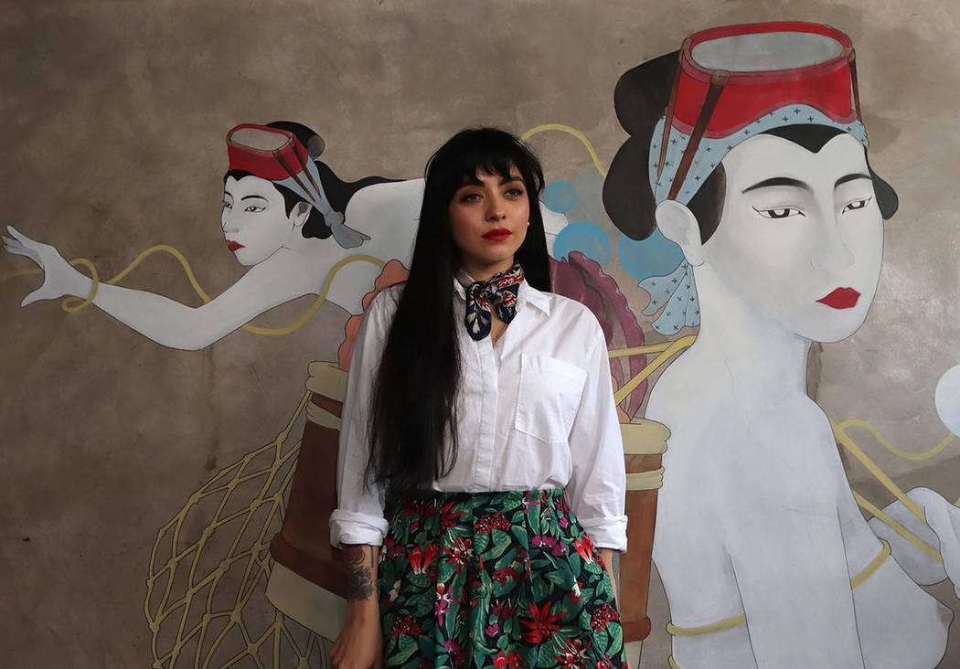 """ARCHIVO.- El cantautor mexicano Juan Gabriel es para Mon Laferte una de sus máximas influencias musicales, a quien hace un homenaje en el tema """"Antes de ti"""", su nuevo sencillo que además mar ..."""