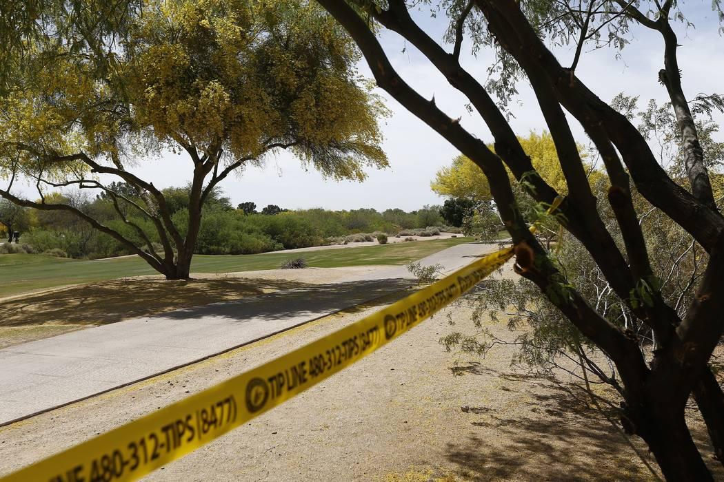 La policía aprisionó un cordón cerca de un accidente aéreo que mató a varias personas el martes 10 de abril de 2018 en Scottsdale, Arizona (AP Photo / Ross D. Franklin).