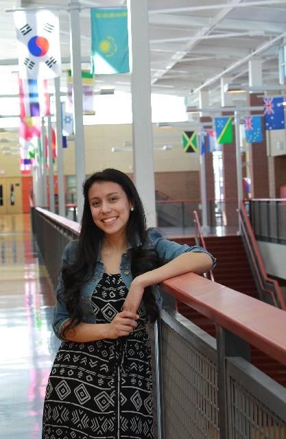 En esta foto de archivo de 2013, Helena Lagos, una estudiante de Legacy High School, posa para un retrato en su escuela en North Las Vegas. Las Vegas Review-Journal, archivo