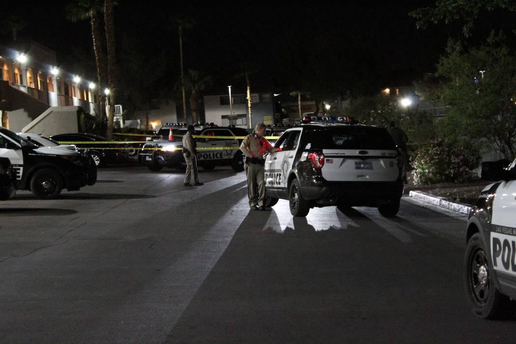 La policía de Las Vegas está investigando un incidente en el noreste de Las Vegas después de que una mujer fue herida por una bala perdida disparada afuera de su apartamento en el valle. (Max M ...