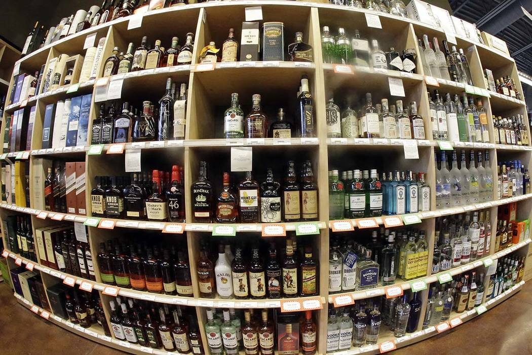Esta foto de archivo del 16 de junio de 2016 hecha con una lente ojo de pez muestra botellas de alcohol durante un recorrido por una licorería estatal en Salt Lake City. Un gran estudio internaci ...