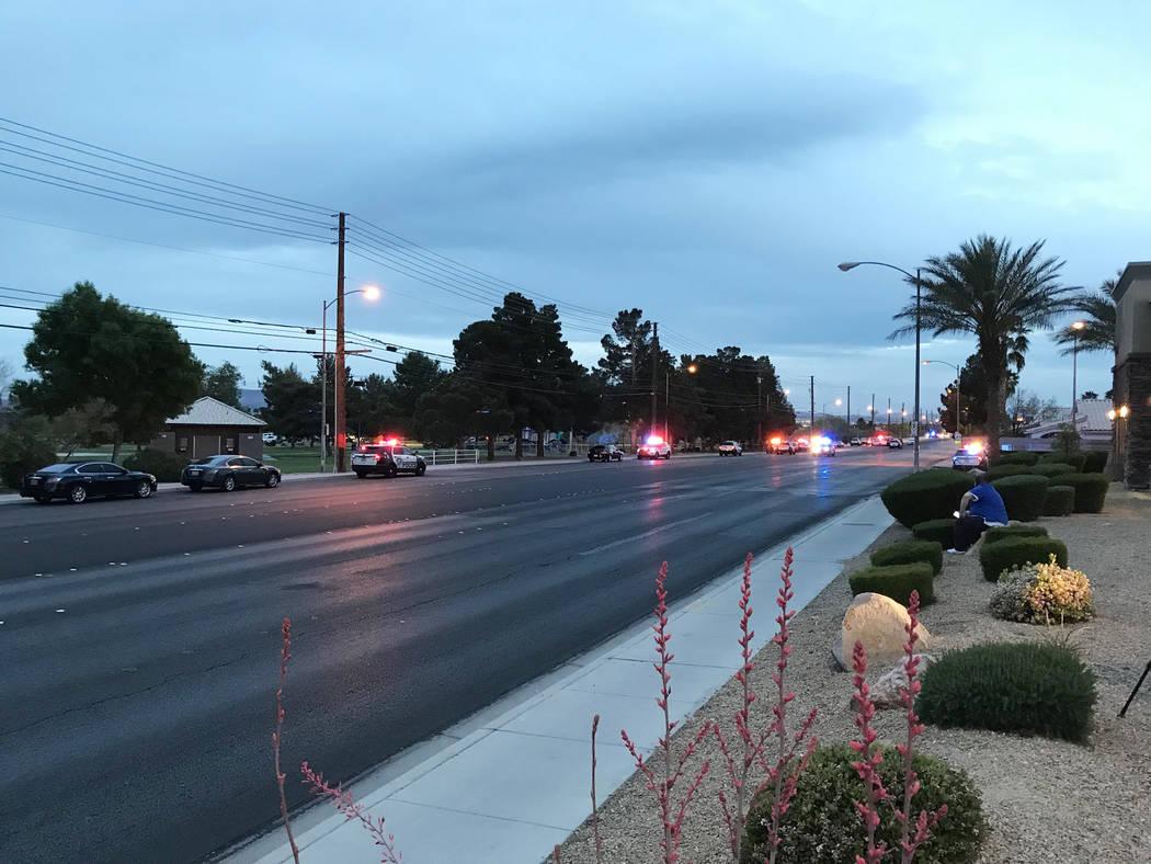La policía de Las Vegas investiga el domingo 15 de abril de 2018, después de que una persona murió y otra resultó herida en un tiroteo en Sunset Park. (Blake Apgar / Las Vegas Review-Journal)