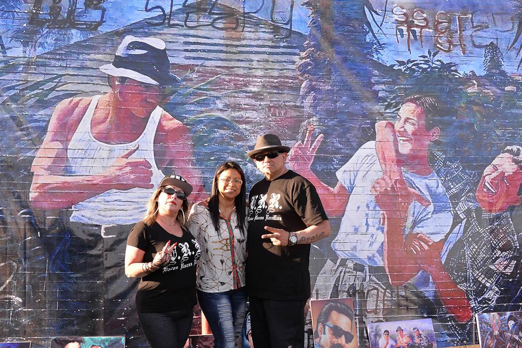 Carnalismo es un mural pintado por el artista Adán Hernández, una de las destacadas figuras del Arte Chicano en los Estados Unidos. En la foto, Amparo López, Laura y Donato Núñez, artífices ...