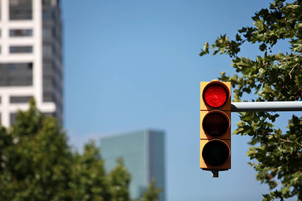 Un elemento de la Patrulla de Caminos de Nevada afirmó que los conductores deben hacer una parada completa detrás de la línea límite blanca en las luces rojas y las señales de alto antes de g ...