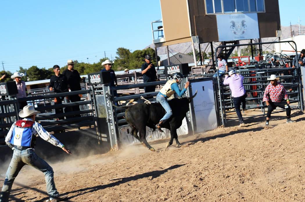 Los asistentes disfrutaron de un atractivo evento de Jaripeo Baile. Sábado 14 de abril en el Horseman's Park. Foto Frank Alejandre / El Tiempo.