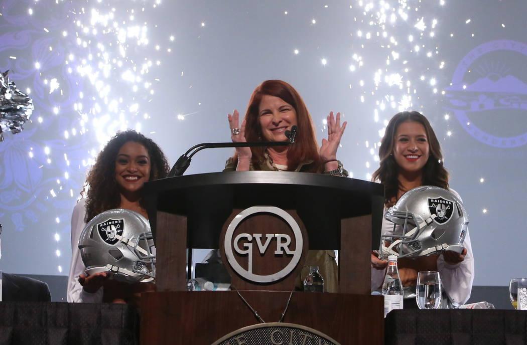 Los fuegos artificiales iluminan la sala mientras la alcaldesa de Henderson, Debra March, menciona la venta de un terreno vacío de 55 acres a los Oakland Raiders para una nueva sede y lugar de pr ...