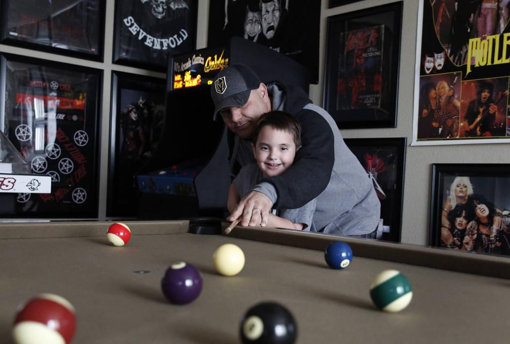 Jason Sebron, de 5 años, y su padre Rick Nostro juegan al billar en su casa de Henderson el miércoles 11 de abril de 2018. Bizuayehu Tesfaye / Las Vegas Review-Journal @bizutesfaye
