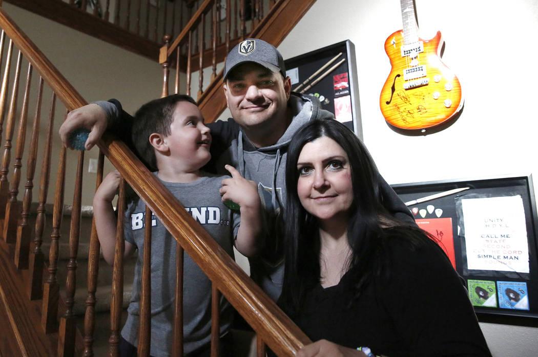 Jason Sebron, de 5 años, posa con su padre, Rick Nostro, y su madre, Rhonda Sebron, en su casa de Henderson el miércoles 11 de abril de 2018. Bizuayehu Tesfaye / Las Vegas Review-Journal @bizute ...