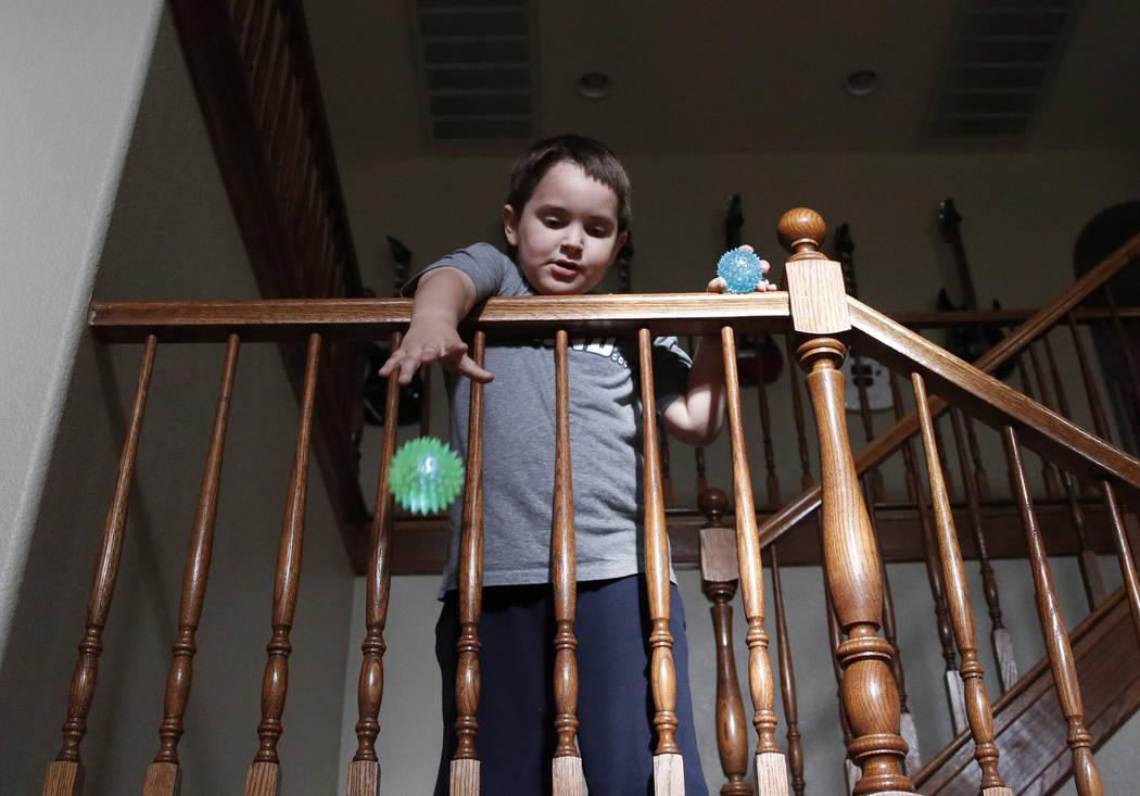 Jason Sebron, de 5 años, juega en su casa de Henderson el miércoles 11 de abril de 2018. Bizuayehu Tesfaye / Las Vegas Review-Journal @bizutesfaye