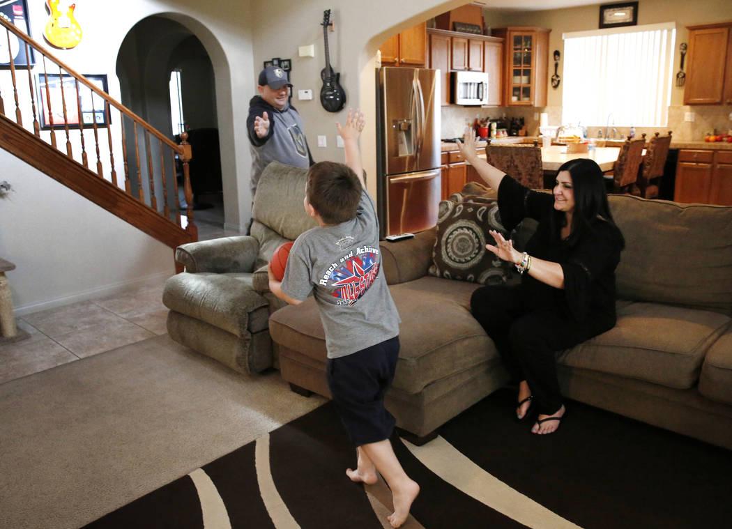 Jason Sebron, de 5 años, juega mientras su madre Rhonda y su padre Rick Nostro miran en su casa de Henderson el miércoles 11 de abril de 2018. Bizuayehu Tesfaye / Las Vegas Review-Journal @bizut ...