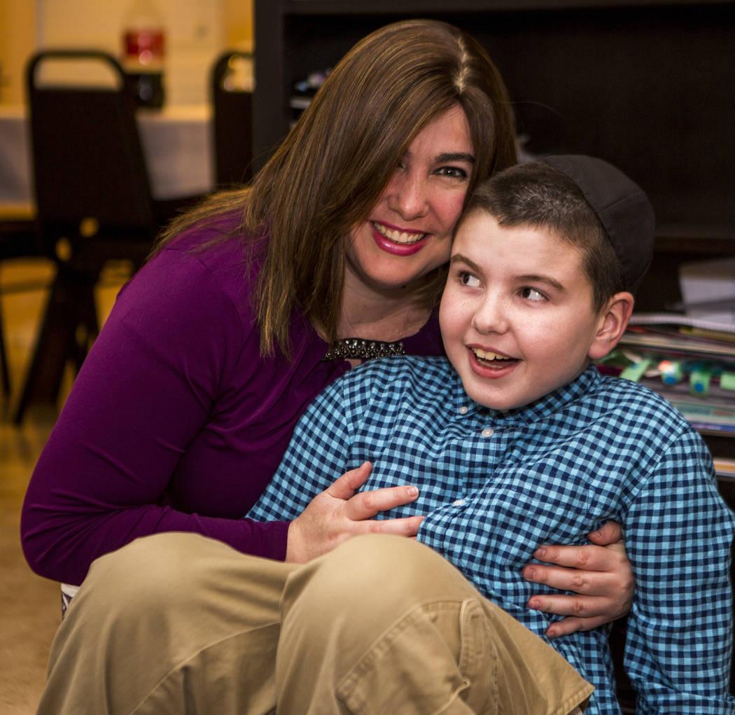 Luna Smerkin comparte un momento con su hijo Yosef, de 9 años, quien tiene autismo, en su casa de Summerlin el jueves 12 de abril de 2018. Patrick Connolly Las Vegas Review-Journal @PConnPie