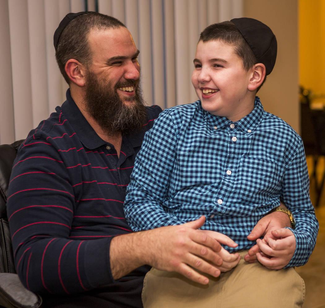 Luna Smerkin comparte un momento con su hijo Yosef, de 9 años, que tiene autismo, en su casa de Summerlin el jueves 12 de abril de 2018. Patrick Connolly Las Vegas Review-Journal @PConnPie