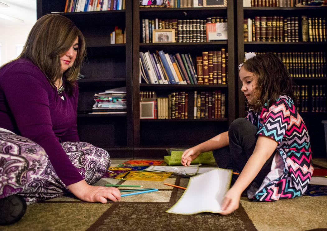Luna Smerkin ayuda a su hija, Deborah, 6, quien tiene autismo, con un proyecto de dibujo en su casa de Summerlin el jueves 12 de abril de 2018. Patrick Connolly Las Vegas Review-Journal @PConnPie