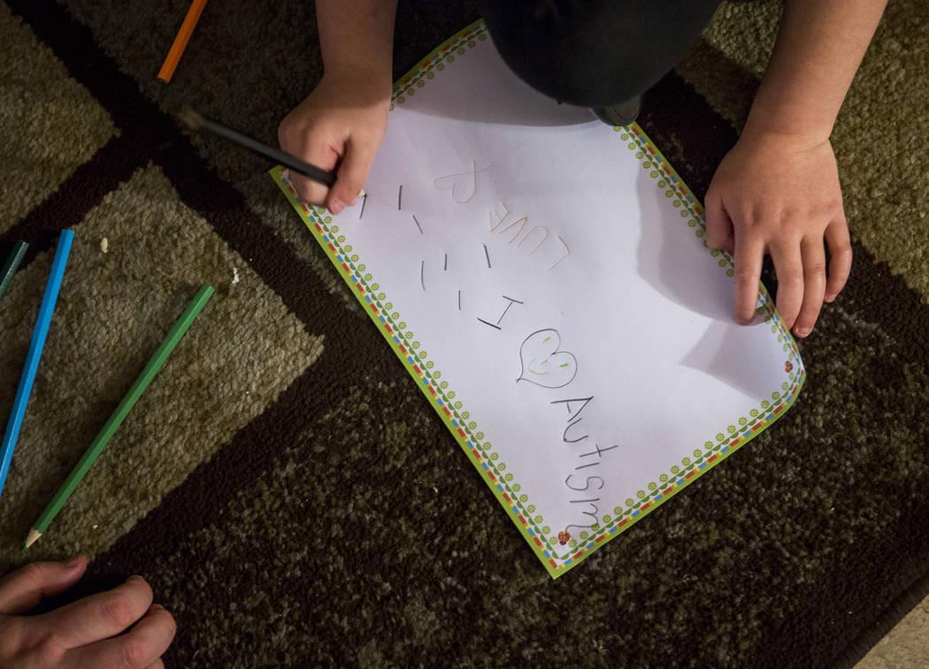 Deborah Smerkin, de 6 años, garabatea en un pedazo de papel en la casa de la familia en Summerlin el jueves 12 de abril de 2018. Patrick Connolly Las Vegas Review-Journal @PConnPie