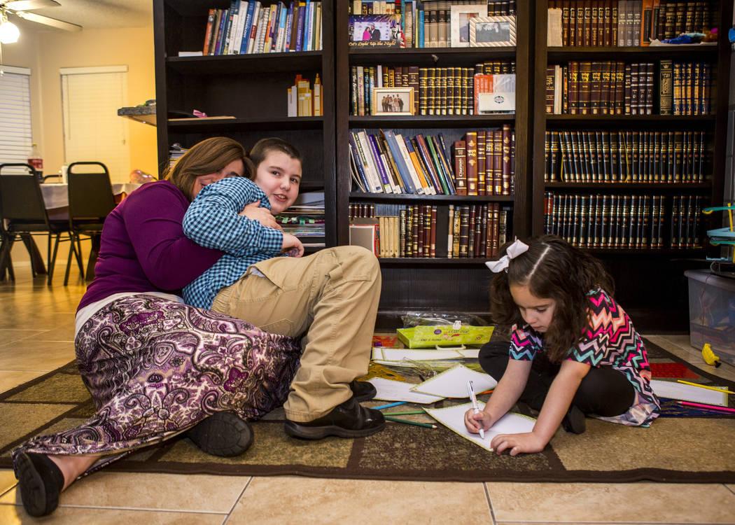 Luna Smerkin comparte un momento con su hijo Yosef, de 9 años, mientras que Deborah, de 6, recurre a su casa de Summerlin el jueves 12 de abril de 2018. Tanto Yosef como Deborah tienen autismo. P ...