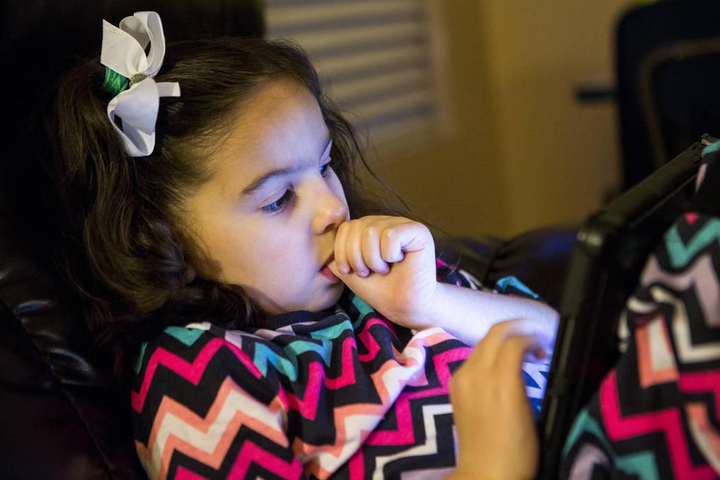 Deborah Smerkin, de 6 años, que tiene autismo, ve un video en una tablet en la casa de su familia en Summerlin el jueves 12 de abril de 2018. Patrick Connolly Las Vegas Review-Journal @PConnPie