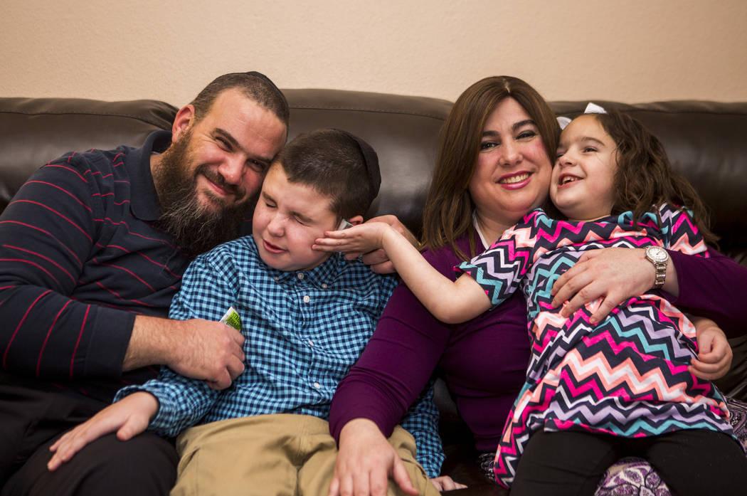 La familia Smerkin, desde la izquierda, Guido, Yosef, 9, Luna y Deborah Smerkin, 6, en su casa de Summerlin el jueves 12 de abril de 2018. Yosef y Deborah tienen autismo. Patrick Connolly Las Vega ...