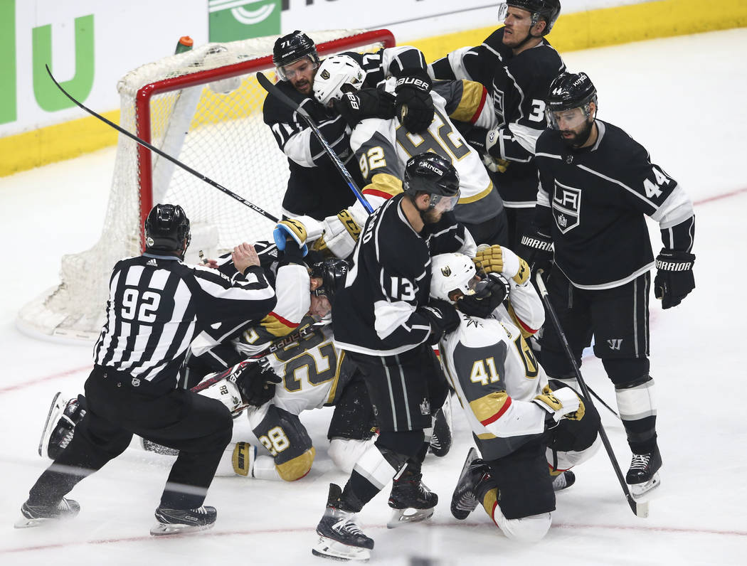 Los jugadores de Golden Knights y Los Angeles Kings inician una pelea durante el segundo periodo del Juego 3 de una serie de playoff de primera ronda de hockey de la NHL en el Staples Center de Lo ...