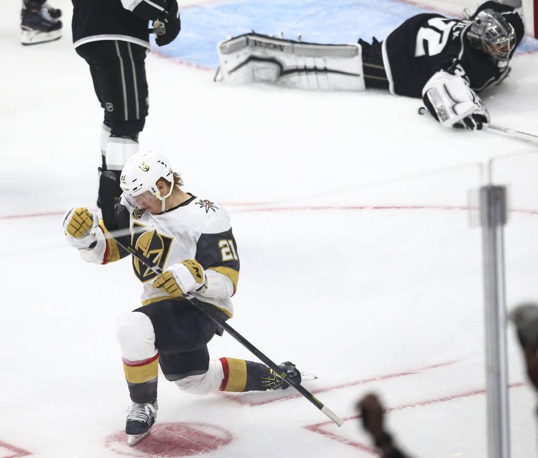 El centro de los Golden Knights Cody Eakin (21) celebra su gol contra Los Angeles Kings durante el tercer periodo del Juego 3 de una serie de playoff de primera ronda de hockey de la NHL en el Sta ...