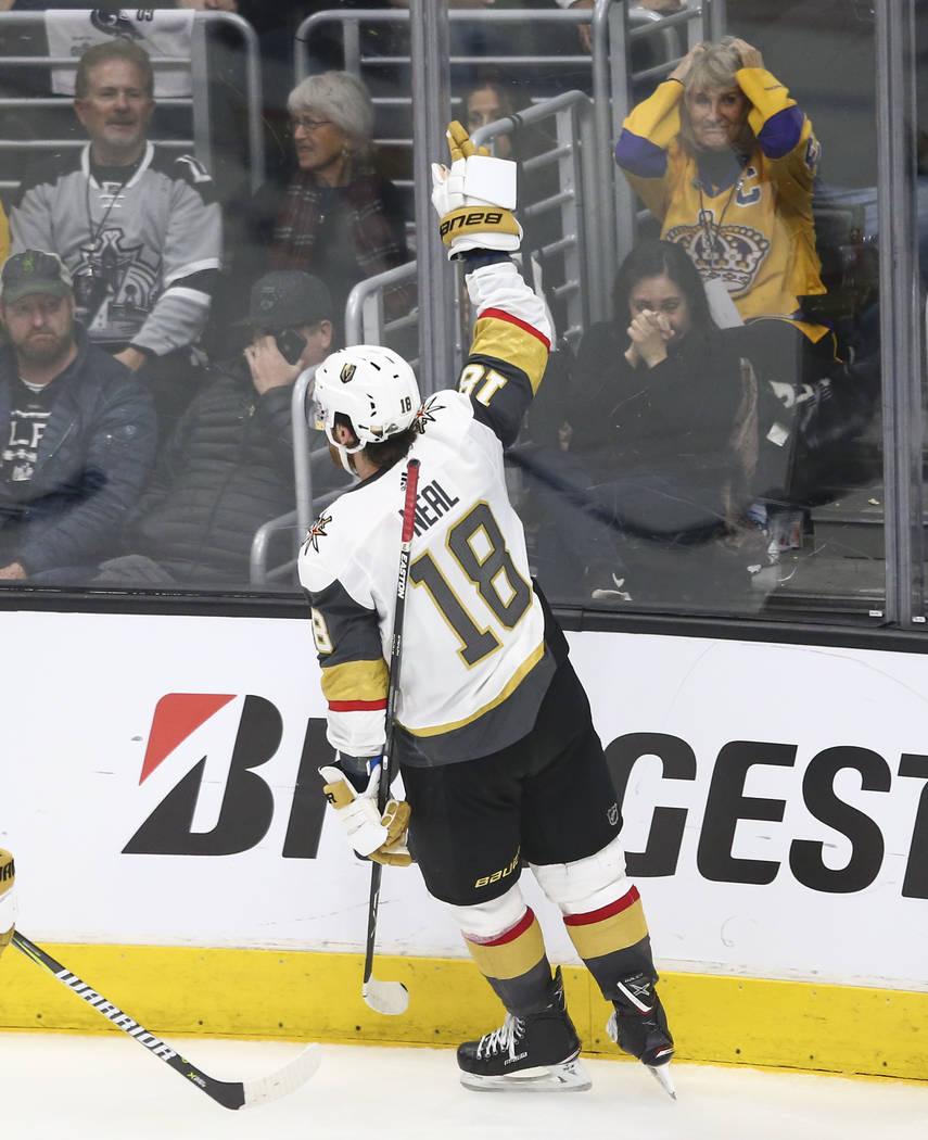El ala izquierda de los Golden Knights James Neal (18) celebra su gol contra Los Angeles Kings durante el tercer periodo del Juego 3 de una serie de playoff de primera ronda de hockey de la NHL en ...