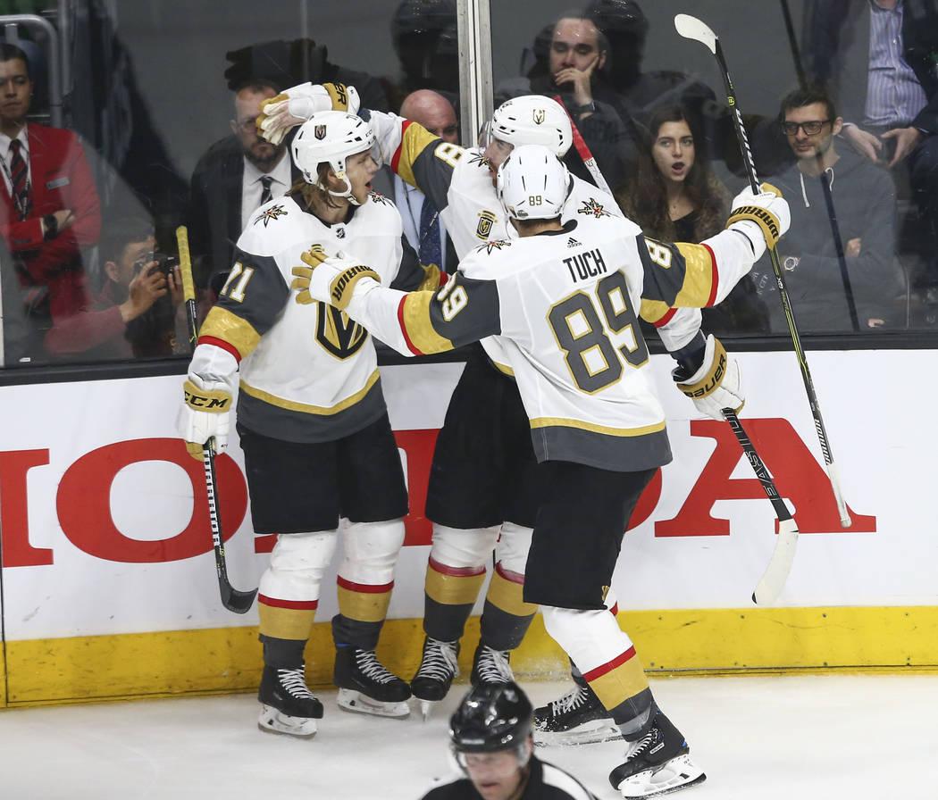 Los jugadores de los Golden Knights celebran un gol del ala izquierda James Neal (18) durante el tercer periodo del Juego 3 de una serie de playoff de primera ronda de hockey de la NHL contra Los ...