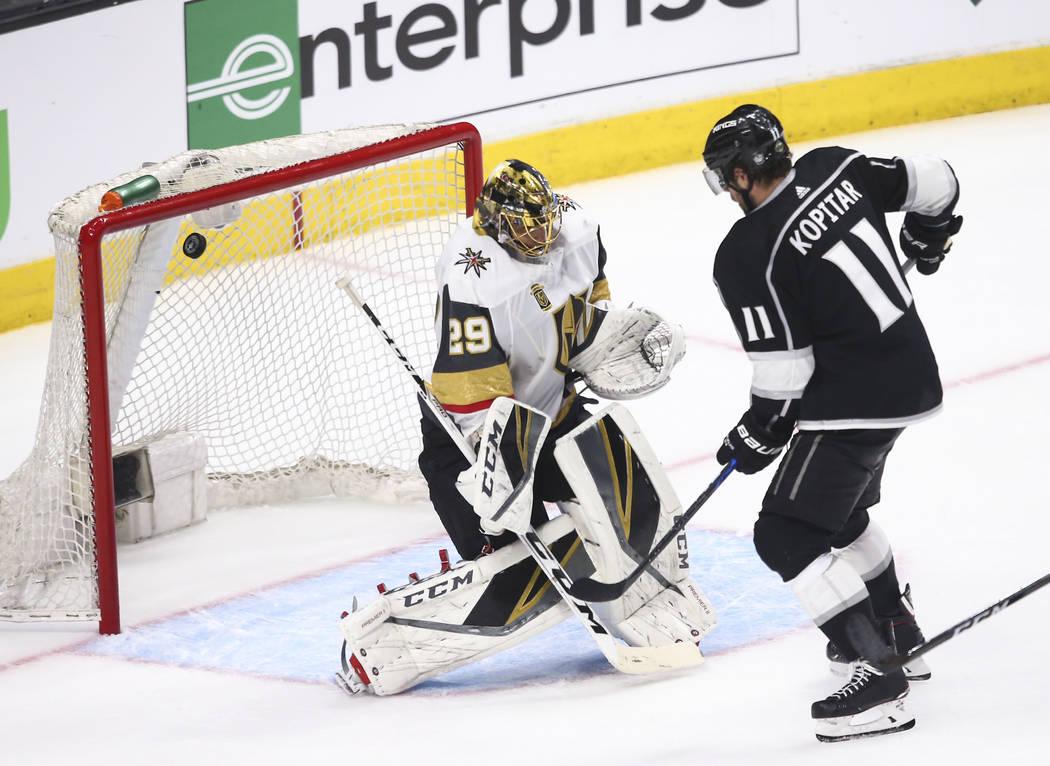 Anze Kopitar (11) anota un gol más allá del portero de Golden Knights Marc-Andre Fleury (29) durante el tercer periodo del Juego 3 de una serie de playoff de primera ronda de hockey de la NHL en ...