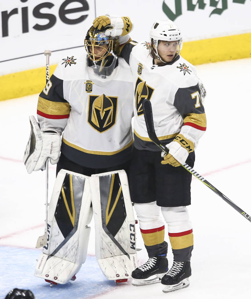 El portero de Golden Knights Marc-Andre Fleury (29) y el centro Golden Knights William Karlsson (71) celebran su victoria sobre Los Angeles Kings en el Juego 3 de una serie de playoff de primera r ...