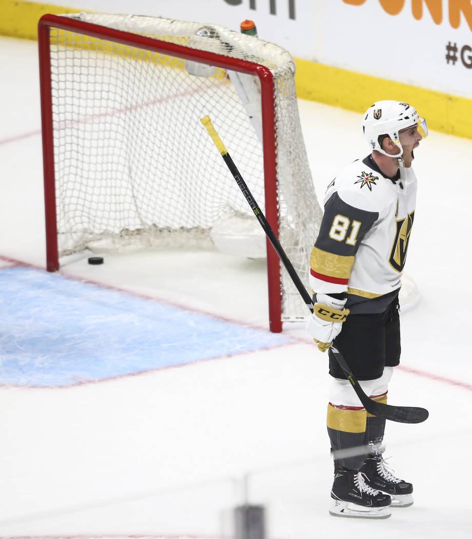 El centro de los Golden Knights Jonathan Marchessault (81) celebra un gol del centro William Karlsson (71) durante el tercer periodo del Juego 3 de una serie de playoffs de primera ronda de hockey ...