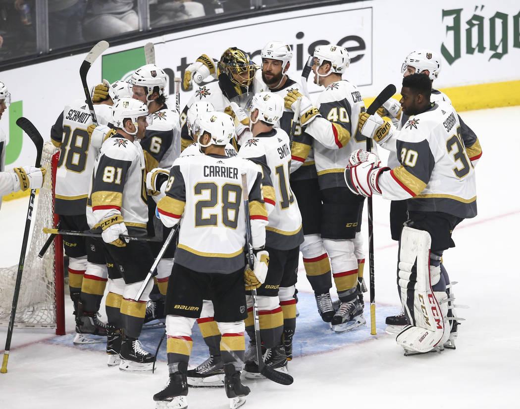 Los jugadores de los Golden Knights celebran su victoria sobre Los Angeles Kings en el Juego 3 de una serie de playoff de primera ronda de hockey de la NHL en el Staples Center de Los Angeles el d ...