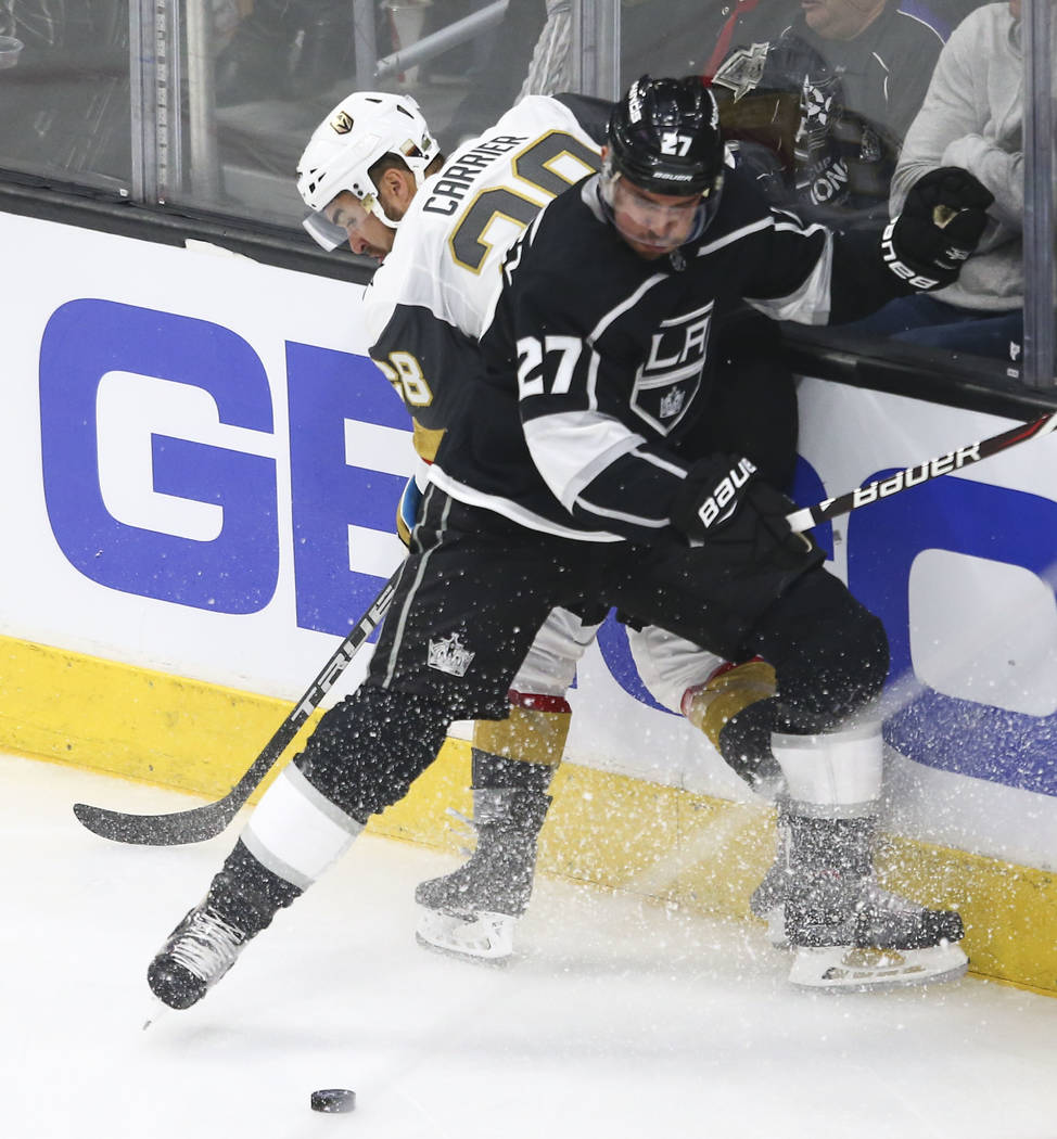 Golden Knights dejó al ala William Carrier (28) y el defensa de Los Angeles Kings Alec Martinez (27) batalla por el disco durante el tercer periodo del Juego 3 de una serie de playoff de primera ...