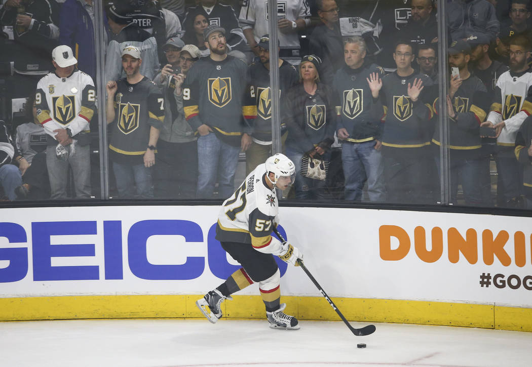 El ala izquierda de Golden Knights David Perron (57) se calienta antes de jugar contra Los Angeles Kings en una serie de playoff de primera ronda de hockey de la NHL en el Staples Center de Los An ...