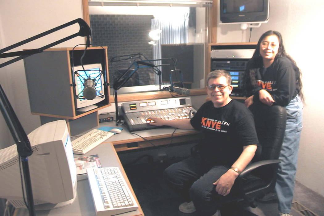 Art y Ramona Bell posan en la sala de control de su nueva estación de radio KNYE-FM en esta foto sin fecha. (Las Vegas Review-Journal)